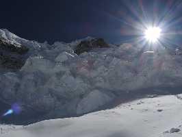 Ледопады З гр. 30 октября, путь спуска правее вверху и левее внизу скального острова.