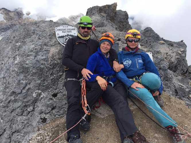 Татьяна Яловчак (на фото в центре) на вершине Пирамиды Карстенз (Carstensz Pyramid. Фото Людмила Коробешко