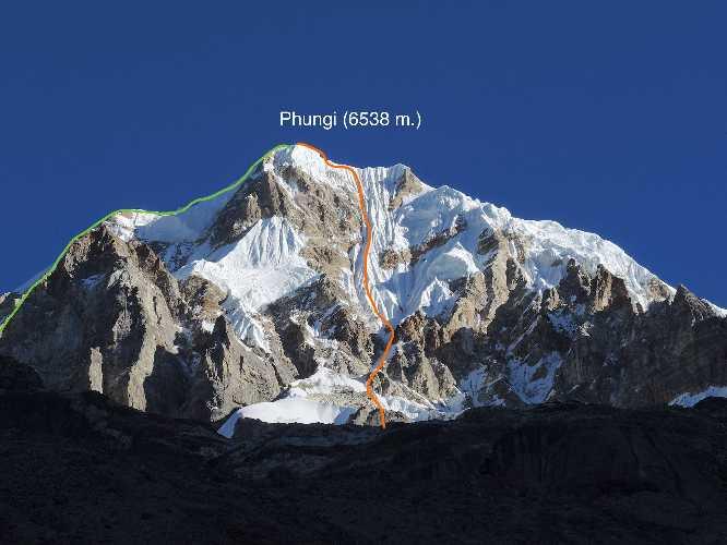Юго-Восточная стена пика Фанги (Phungi Peak) высотой 6538 метров. Маршрут Юрия Кошеленко и Алексея Лончинского. Фото Юрия Кошеленко