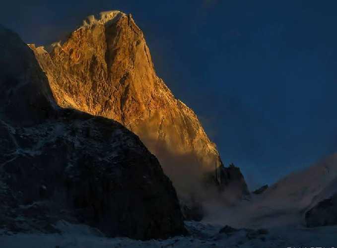 Восточная стена горы Ларкья-Сур (Larkya Sur, 6416 м), Непал. Фото Roberto José Morales