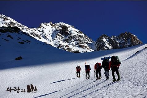 на вершине горы Дхарамсура (Dharamsura) высотой 6446 метров. Фото www.mountainkorea.com