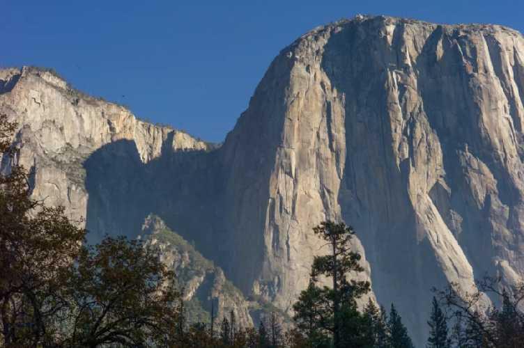 Эль-Капитан (El Capitan). Маршрут Lurking Fear проходит левее от главной скальной формации. Фото Karissa Frye