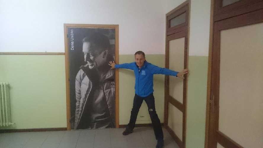 Денис Урубко у дверей своей школы в Ардезьо. Фото Valcanale Team