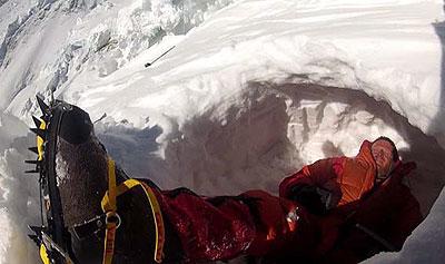 Томаш Мацкевич в снежной пещере Camp3. Фото nangadream.blogspot.com