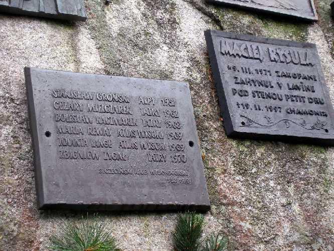 Памятный знак с именемь Станислава Гронского на символическом кладбище всем погибшим в Татрах