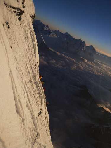 К четвертому высотному лагерю на Южной стене Лхоцзе. Фото The Lhotse South Face Expedition