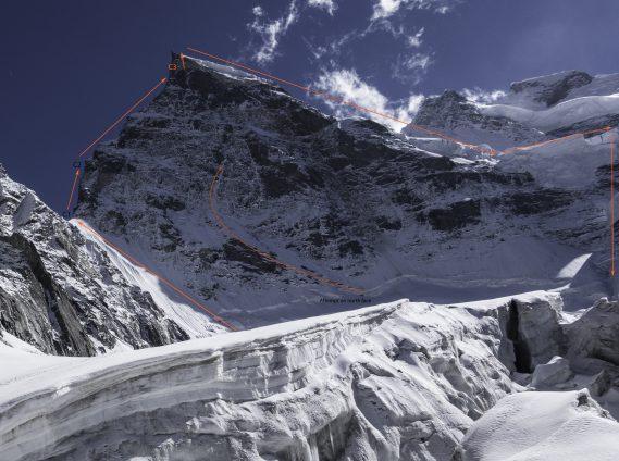 Маршрут по Северному хребту горы (оранжевая линия) и незаконченный маршрут по центу северной стены Рунгофарка (Rungofarka, 6495 м). Фото Tino Villanueva