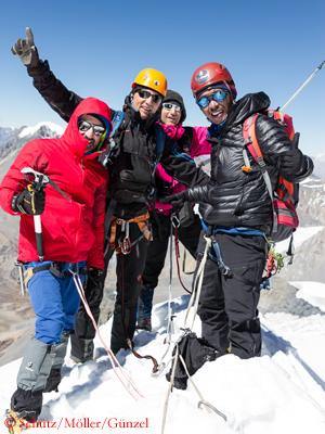 На вершине На вершину Чулу Западная (Chulu West): Юрген Шульц (Jürgen Schütz), Мануэль Мёллер (Manuel Möller), Андре Гюнзель (André Günzel), Дава Гальжен Шерпа (Dawa Gyaljen Sherpa)