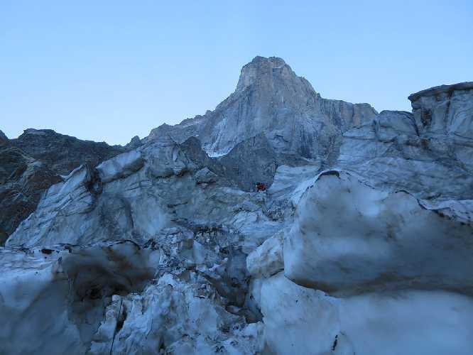 Лезем через центр ледопада к началу маршрута. Фото activelife.dp.ua