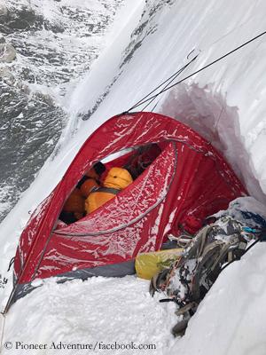 Сложные условия на Южной стене Лхоцзе. Фото Pioneer Adventure