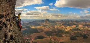 "Маршрут  ""Sangue Latino"" (10b BR (8b FR), 17 веревок, 800 метров) на вершину Pedra Baina. Фото extremos.com.br"