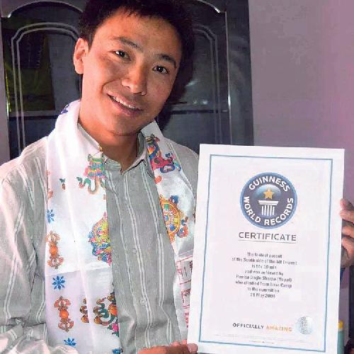 Пемба Дордже (Pemba Dorjie Sherpa) с сертификатом о успешном восхождении на Эверест 21 мая 2004 года, выданным Департаментом туризма Непала