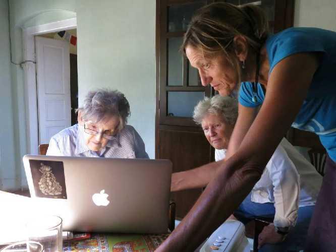 Команда The Himalayan Database за работой. Элизабет Хоули (Elizabeth Hawley) слева, Билли Бирлинг (Billi Bierling) справа
