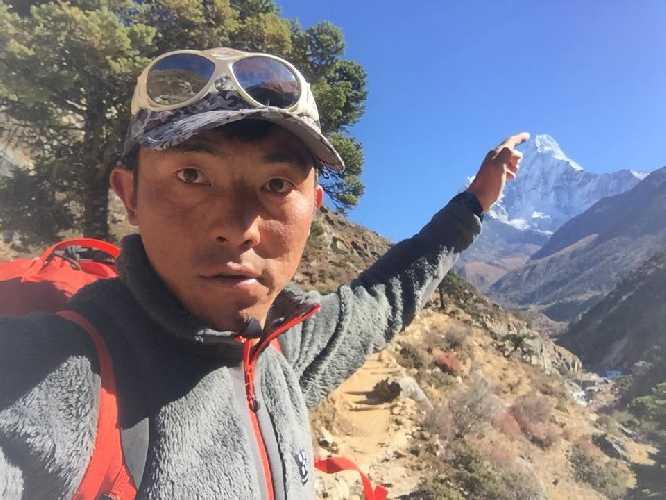 Мингма Галйе Шерпа (Mingma Gyalje Sherpa) и Ама-Даблам. Фото Mingma G.