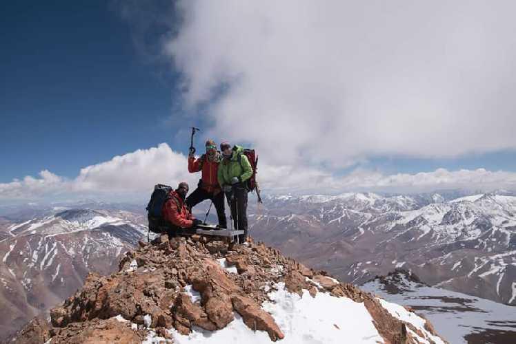 Педро Хаук (Pedro Hauck, сидит), Максимо Кауч (Maximo Kausch, по центру ) и Сази Имбер (Suzie Imber, с права) на вершине горы Невадо Эль Торо (Nevado El Toro). Фото Pedro Da Silva)
