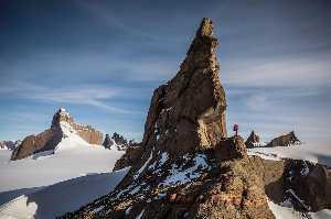 Алекс Хоннольд (Alex Honnold) на фоне горы Пингвин (Mount Penguin). Фото nationalgeographic.com