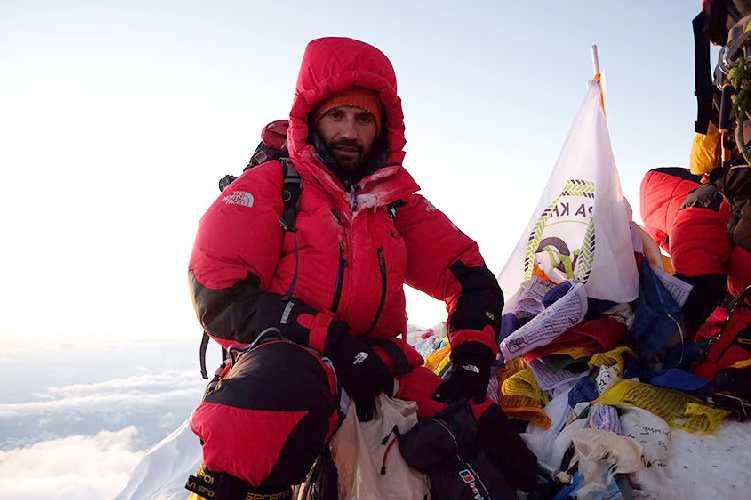 Игорь Грушко на вершине Эвереста. 2017 год. Фото alpindustria.ru