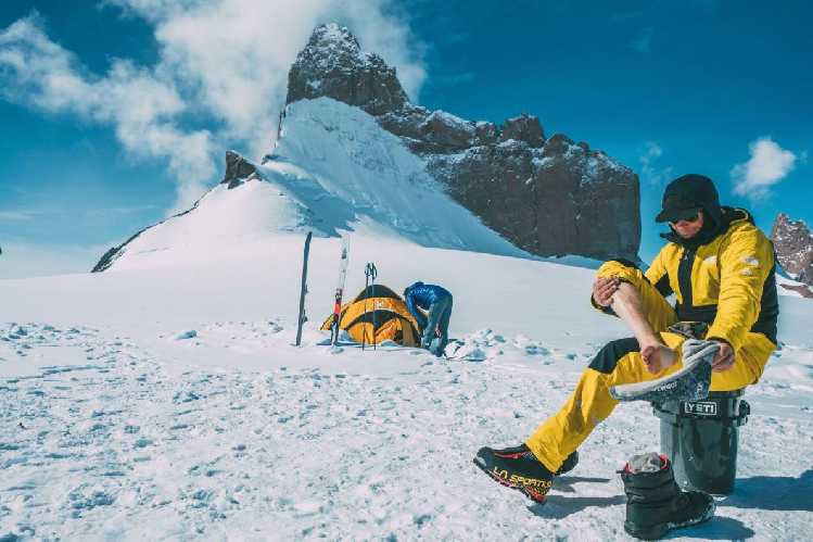 Конрад Анкер (Conra Anker) и Джимми Чин (Jimmy Chin) у базового лагеря перед восхождением на северо-западной стене известной горы Ульветанна (Ulvetanna, 2931 м). Фото nationalgeographic.com