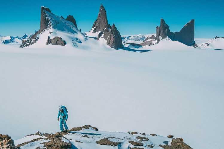 """Анна Пфафф (Anna Pfaff) поднимается на юго-восточный хребет горы Фенрис ( Fenris, 2480 метров). На фоне главных вершин массива """"Волчья пасть"""" (Wolf"""