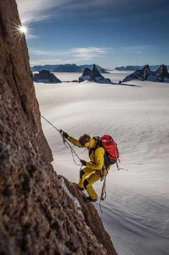 Конрад Анкер (Conrad Anker) на Северной стене горы Ульветанна (Ulvetanna, 2931 м). Фото nationalgeographic.com