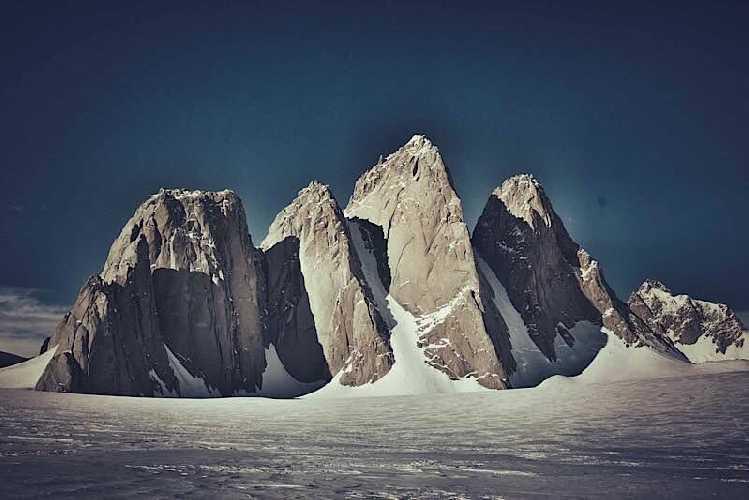 Массив Organ Pipes и вершина Спектр (Spectre) высотой 2020 метров (третья вершина слева) с южной стороны, первоначальная цель экспедиции Холдинга. Фото spectreexpedition.com