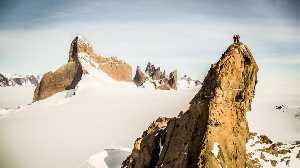 Алекс Хоннольд (Alex Honnold), Цедар Райт (Cedar Wright), Саванна Каминс (Savannah Cumins) и Анна Пфафф (Anna Pfaff) на вершине горы Пингвин (Mount Penguin). Фото nationalgeographic.com
