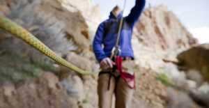 Какое самое небезопасное страховочное устройство в скалолазании?