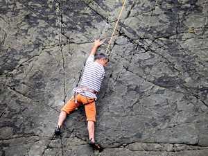 Эндрю Уолкер: скалолаз с ампутированной рукой в восхождении в Пембруке