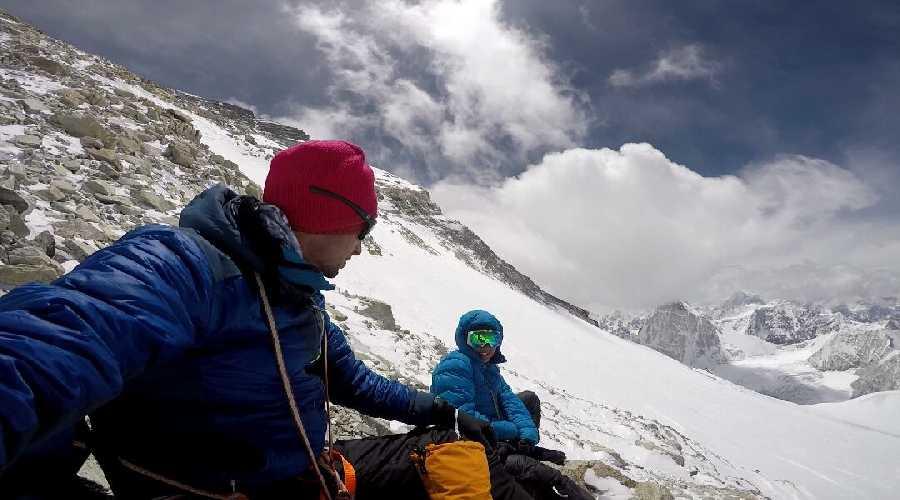 Килиан Жорнет (Kilian Jornet Burgada) и Эмили Форсберг (Emelie Forsberg) на склоне Чо-Ойю (Cho Oyu, 8188 метров). Фото Kilian Jornet