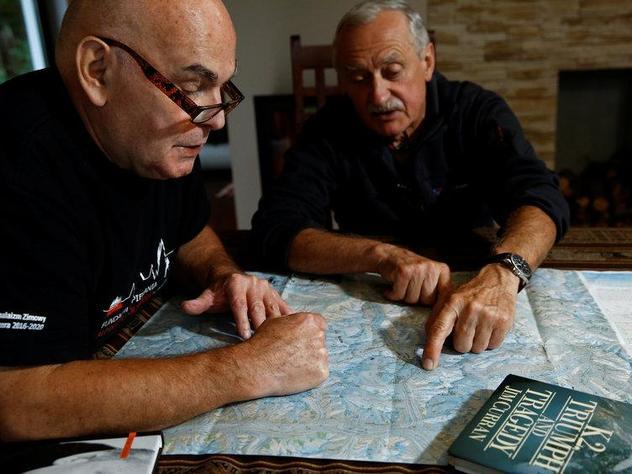 Кшиштоф Велицкий (Krzysztof Wielicki) и Януш Майер (Janusz Majer) обсуждают стратегию восхождения на зимний восьмитысячник К2. Фото Reuters