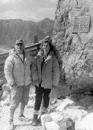 К.А.Баров с дочерью Наталией Кирилловной устанавливают мемориальную доску Татьяне Баровой. Фото из архива Кирилла Барова
