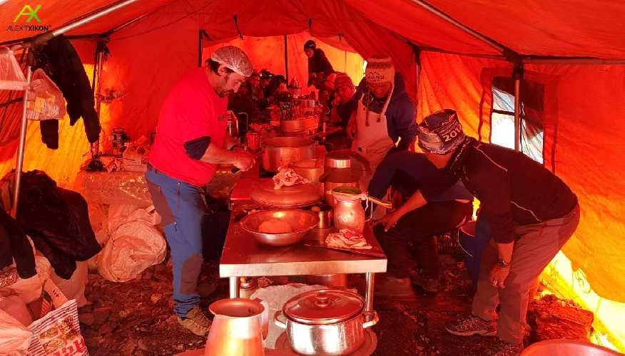 На кухне базового лагеря Эвереста. 5 января 2018 года. Фото Alex Txikon