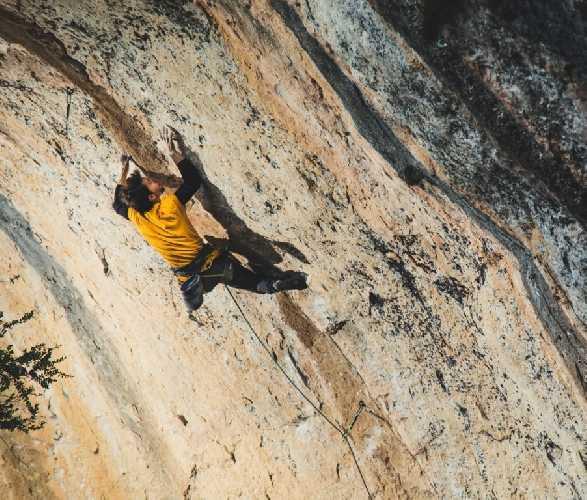 """Штефано Гизольфи (Stefano Ghisolfi)  на маршруте  """"La Capella"""" сложности 9b. Фото  Matteo Pavana"""