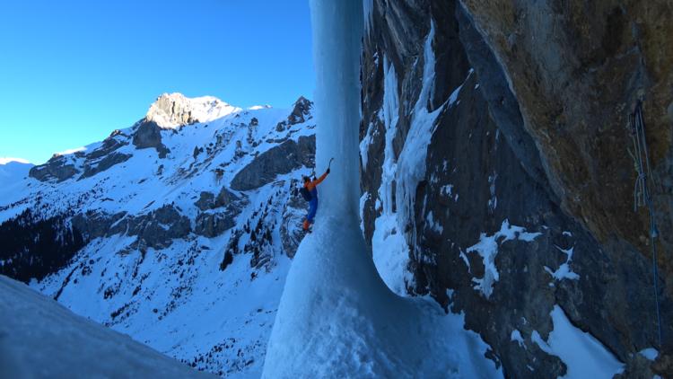 "Дани Арнольд (Dani Arnold) на ключевом участке ледопада  ""Beta Block Super"" WI7, Кандерштег (Швейцария). Фото Valentin Luthiger"