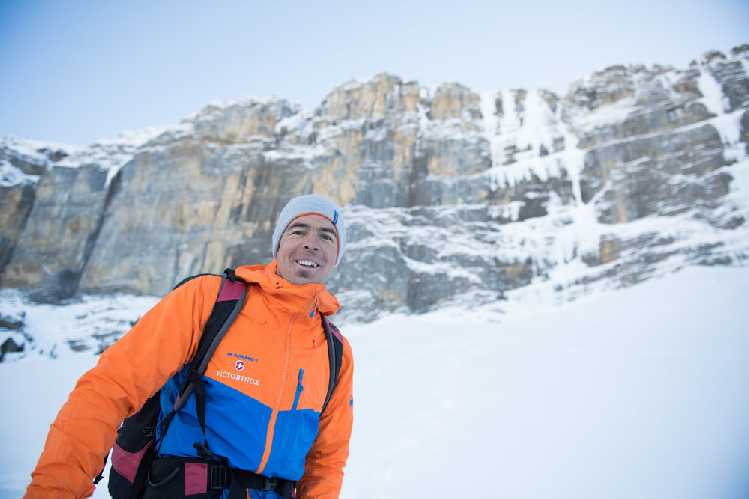 "Дани Арнольд (Dani Arnold) у ледопада  ""Beta Block Super"" WI7, Кандерштег (Швейцария). Фото Valentin Luthiger"
