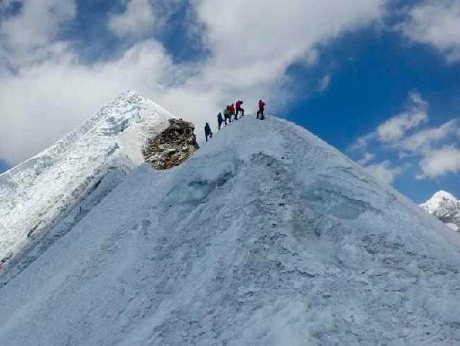 Альпинисты на Лобуче Восточная (Lobuche East, 6119 метров). Фото THT/File