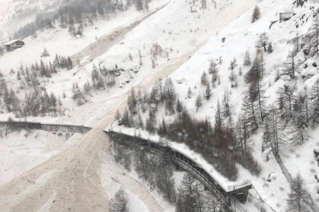 Лавина, сошедшая 4 января с гор между городами Теш и Церматт, не смогла блокировать железнодорожные пути благодаря защитным галереям. Движение по этой дороге, тем не менее, остановлено.   (Air Zermatt)