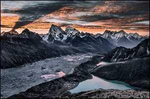 Фото дня: тревожный рассвет в Гималаях
