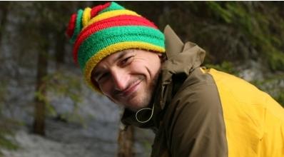 Адам Белецкий (Adam Bielecki) в трехцветной вязанной шапке