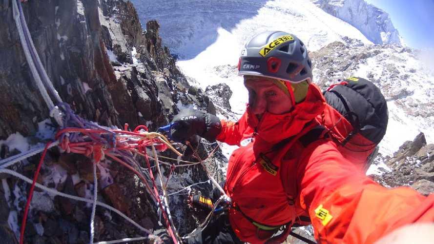 Денис Урубко в работе над маршрутом к второму высотному лагерю. Фото Денис Урубко