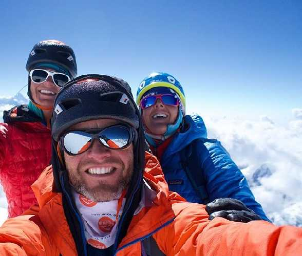 Энн Гилберт Чейз (Anne Gilbert Chase),  Джейсон Томпсон (Jason Thompson) и Чантель Асторга (Chantel Astorga) на вершине горы Нилкантх (Mount Nilkantha). Фото Anne Gilbert Chase