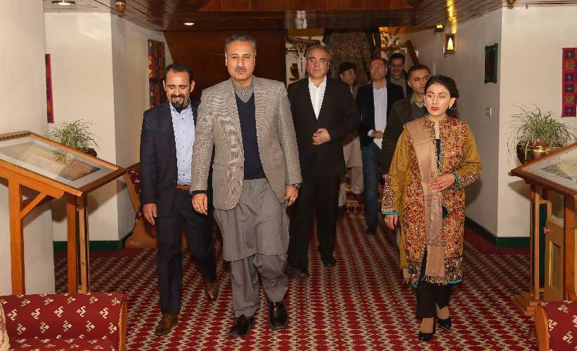 В центре доктор Казим Ниязи - глава администрации Балтистана, слева Мирза Али, справа - Самина Баиг