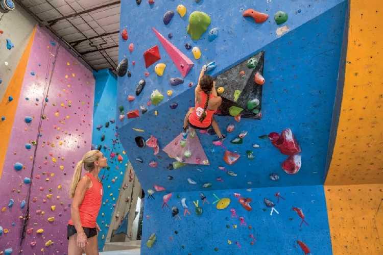 Робин Эрбесфилд-Работу (Robyn Erbesfield-Raboutou) как тренер в ABC Kids Climbing Gym, 2017. Фото Louisa Albanese