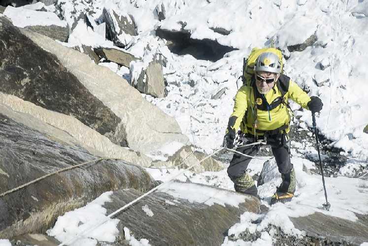 Карлос Сория (Carlos Soria) над первым высотным лагерем на Дхаулагири. Фото Carlos Soria