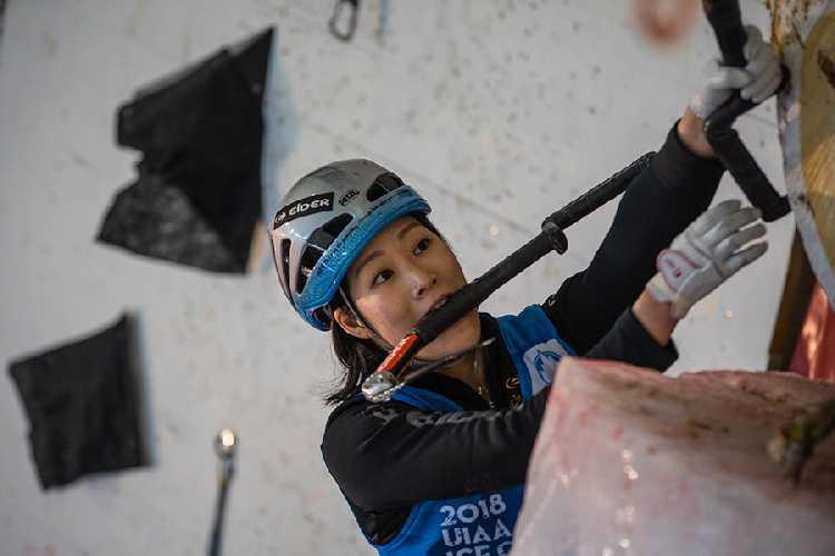 Хан На Рай Сонг (Han Na Rai Song) на первом этапе Кубка Мира по ледолазанию сезона 2018 года в швейцарском городе Зас-Фе (Saas Fee) . Фото UIAA / Diego Schläppi