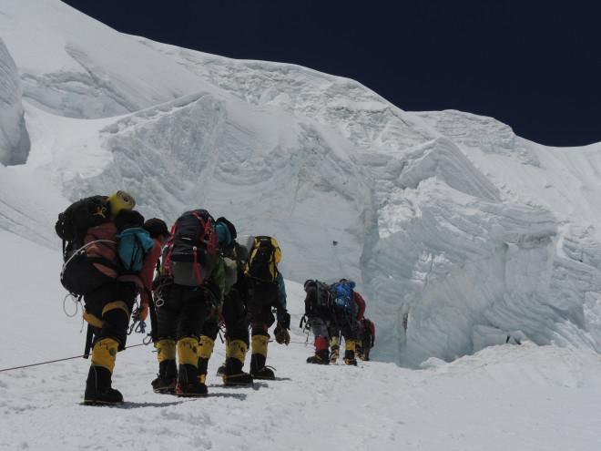 Непальские шерпы несут экспедиционный груз в первый высотный лагерь на отметке 7000 метров на северной стороне Эвереста. Фото Nancy Hansen