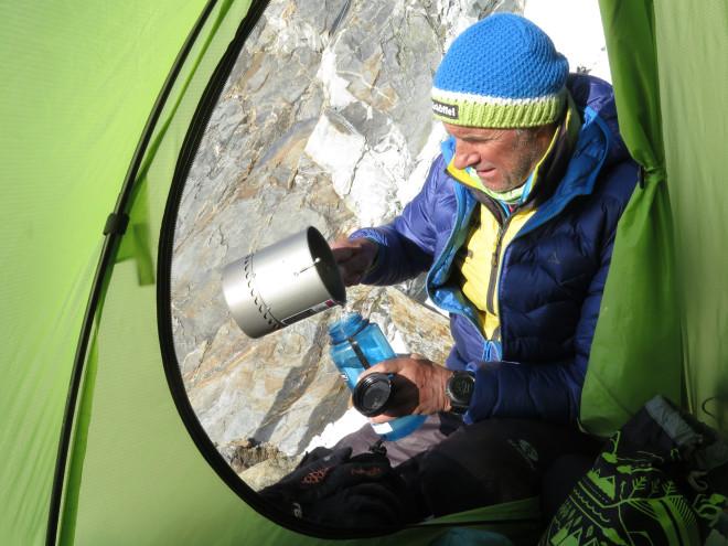 Заполняя бутылки водой, альпинисты предотвращают появление симптомов высотной болезни, выпивая при восхождении от четырех до шести литров в день. .Фото Nancy Hansen
