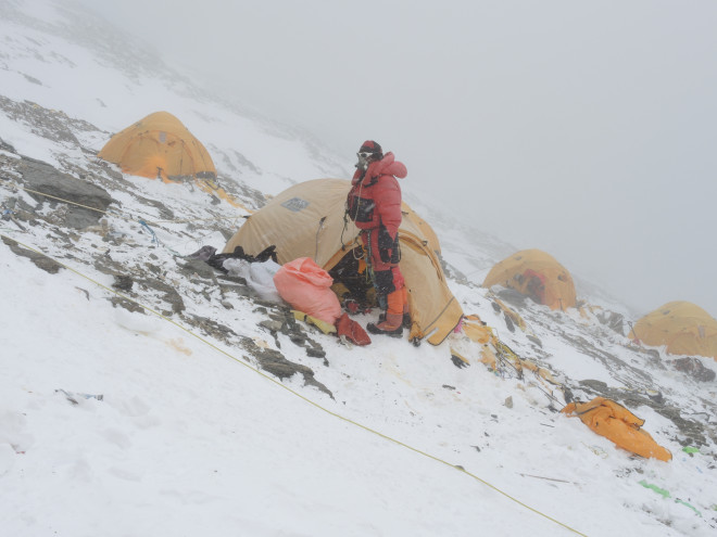 Лагерь 3 на северной стороне Эвереста, на высоте 8,300 метров, незадолго до финального штурма. Фото Ralf Dujmovits