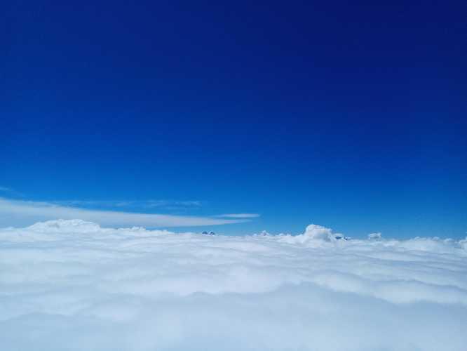 виднеются два рога Ушбы над облаками. Фото Виталий Шлюпка и Александр Корец