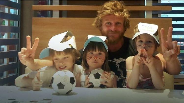 "Томаш ""Томек"" Мацкевич (Tomasz Mackiewicz) с дочерьми"